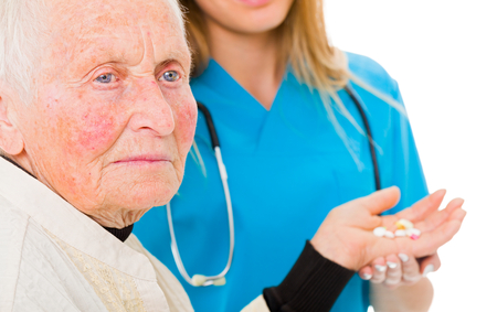 Droevige oude vrouw die drugs van de arts op de achtergrond ontvangt. Stockfoto