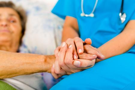 pacjent: Społeczne świadczeniodawcy posiadający senior ręce w opiekuńcze nastawienie - pomoc osobom starszym.