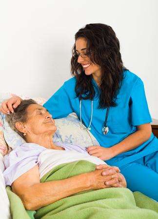 enfermeria: Enfermera Kind aliviar días de edad avanzada de la señora en casa de reposo con la ayuda de atención y alegría.