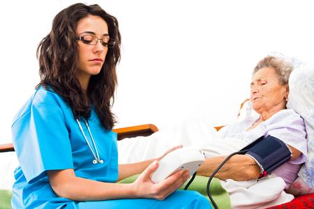 enfermera paciente: Las malas noticias sobre la presión de la sangre del paciente anciano.