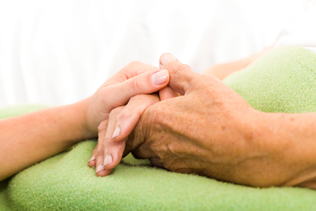 pacjent: Opieki zdrowotnej pielęgniarka opieki nad starszych koncepcji - trzymając się za ręce. Zdjęcie Seryjne