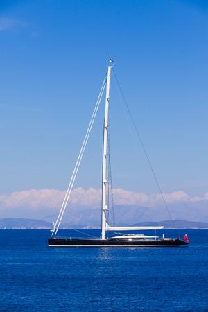 MOTORIZADO: Gran híbrido - motorizados y la vela - lujoso yate con las velas flotantes a través del mar Mediterráneo.