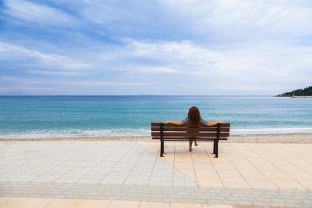 mujer mirando el horizonte: Jovencita disfrutando de la gran vista a orillas del mar J�nico, en Poros, Cefalonia Grecia.