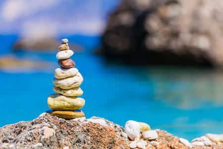balanza: Piedras en una pila puesto junto con un buen cuidado y equilibrada que simboliza el equilibrio espiritual, la meditación. Foto de archivo