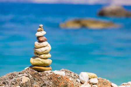 Una pila de unas rocas equilibradas en la playa utilizable para fondos simples o conceptos de equilibrio y de meditación. Foto de archivo