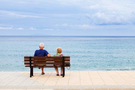 Bejaarde echtpaar op zoek naar de zee in Griekenland, Kefalonia in een bewolkte dag