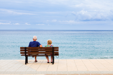 hombre viejo: Pareja de ancianos mirando al mar en Grecia, Kefalonia en un día nublado