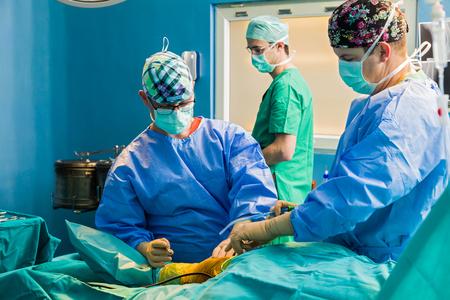 cirujano: cirujano ortopédico antes de que el primer corte en el servicio de urgencias.