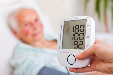 La presión arterial muy alta registrada por el médico geriatra hogar de ancianos.