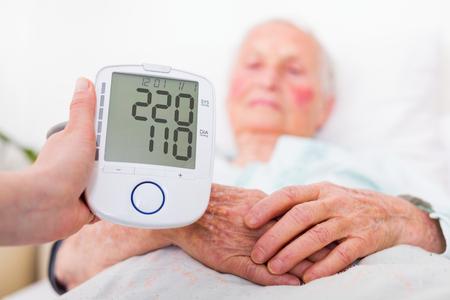 Extreem hoge bloeddruk geregistreerd door verpleeghuis gerioticus arts - beroerte gevaar.