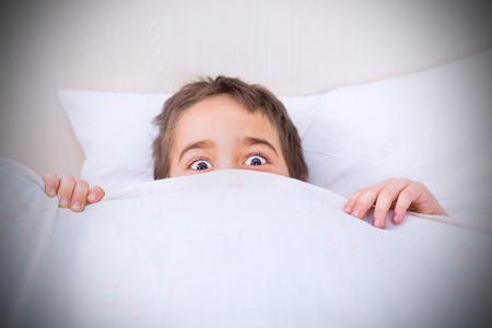 enfant qui dort: Petit garçon incapable de dormir à cause des cauchemars. Banque d'images