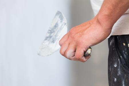 obrero trabajando: Duro trabajo trabajador de la construcción RESTIN su mano sobre su rodilla con las polainas sucios.