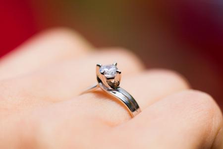 anillos boda: El primer tiró de un anillo de compromiso sencilla hecha de diamante y platino.