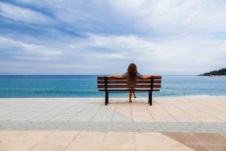 mujer mirando el horizonte: Dramatic sky and the Mediterranean sea in Kefalonia and a beautiful woman.