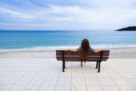 mujer mirando el horizonte: Mujer disfrutando de la hermosa vista del Mediterráneo en Poros, Cefalonia, Grecia. Foto de archivo