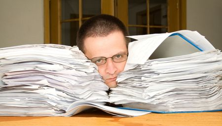 outwork: Hombre triste que se ahoga en papeleo - buscando ayuda - concepto para el tiempo suplementario y los plazos