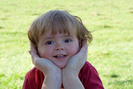 Ni�o protegido por las manos de la madre - concepto para la ni�ez, paternidad, childcare Foto de archivo - 928984
