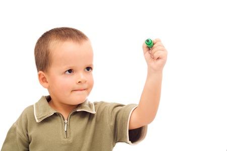 ni�os escribiendo: Boy dibujo con un marcador verde, muy atento, los ojos bien abiertos a preguntarse - aislados  Foto de archivo