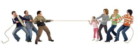 Mann und Frau spielen Tauziehen - isoliert Standard-Bild