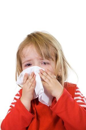 Kleines Mädchen mit der Grippe ihre Nase weht - isoliert