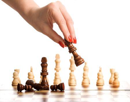 jugando ajedrez: Jugar al ajedrez - aislado de mano de mujer