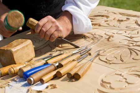 cincel: Artesano tradicional tallado en madera con motivos florales  Foto de archivo