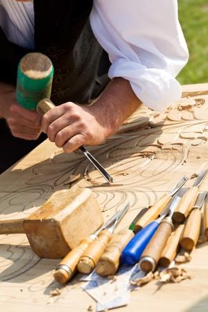 art and craft equipment: Artesano tradicional tallado en madera con motivos florales  Foto de archivo