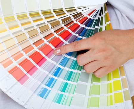 Femme main pointant sur un graphique de couleur échantillon