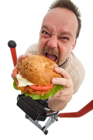 sedentario: Al infierno con ejercicios - hombre hamburguesa big en dispositivo de entrenador el�ptico - aislado