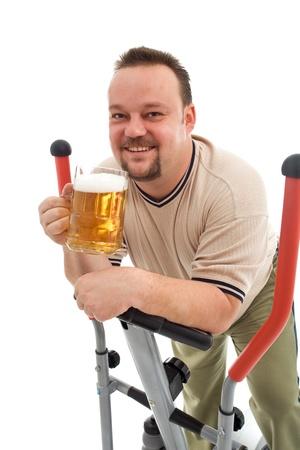 man working out: Hombre feliz trabajando con una cerveza - aislada Foto de archivo