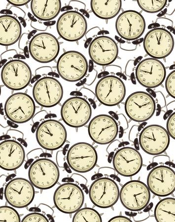 gestion del tiempo: La gestión del tiempo y el concepto de plazos - relojes de alarma sobre fondo blanco