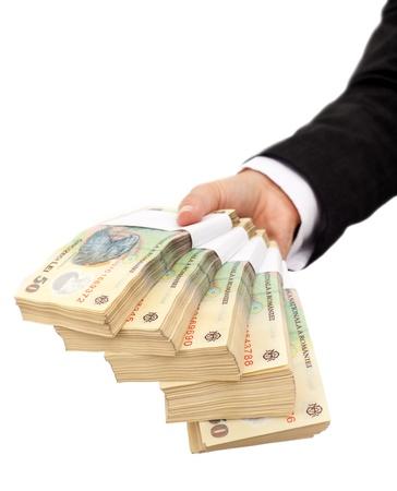 mucho dinero: Las pilas de moneda rumana - aislado de mano