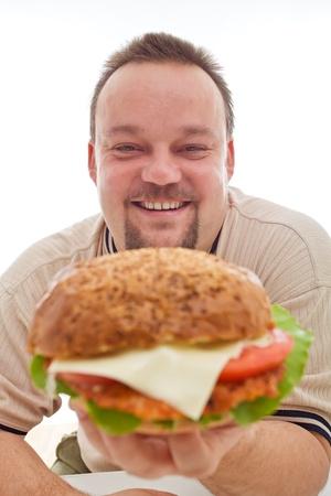 Hombre feliz con el tamaño de su hamburguesa celebrar felizmente - closeup, aislado