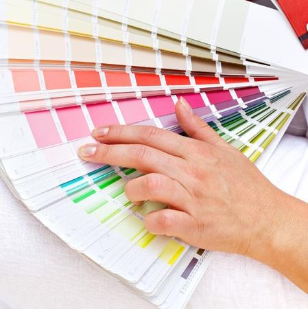 Choisir les coloris avec la main de femme choisissant rose