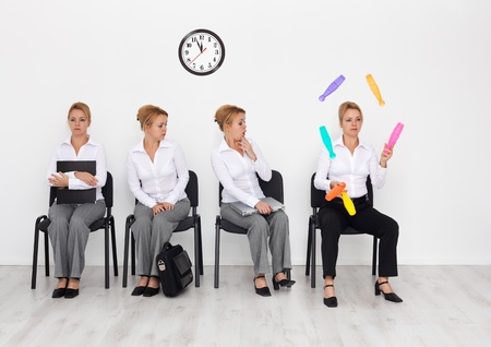 talents: Les employ�s ayant des comp�tences particuli�res voulu concept - les candidats en attente entretien d'embauche Banque d'images
