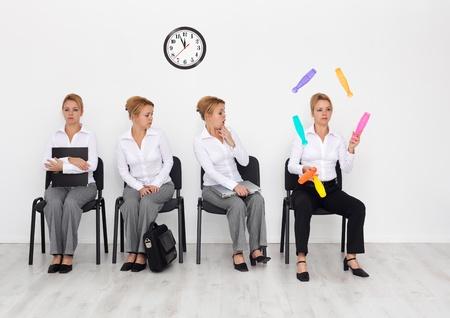 competencias laborales: Los empleados con habilidades especiales quería concepto - los candidatos entrevista de trabajo en espera