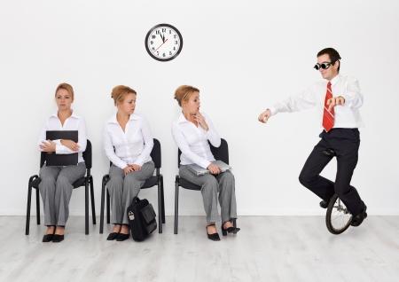 competencias laborales: Los empleados con habilidades especiales quer�a concepto - el hombre con monociclo Foto de archivo