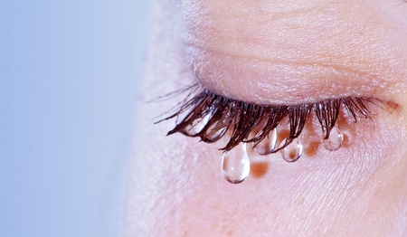 larmes: La femme qui pleure - gros plan sur les yeux avec de larme