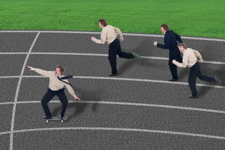 apalancamiento: Aproveche la competencia comercial - hombre de negocios con patineta entre los corredores Foto de archivo