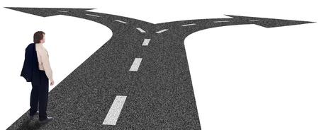 cruce de caminos: Cruce de caminos de negocios, decisiones y el concepto de planificación estratégica con el empresario y el camino bifurcación