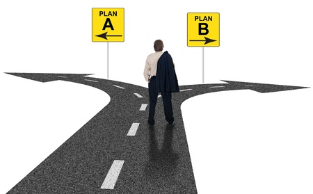 cruce de caminos: Cruce de caminos con el plan A, B plan de señales de tráfico símbolo que representa las opciones de negocio y los desafíos