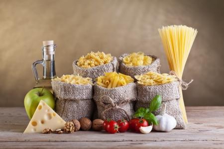 italienisches essen: Gesunde Ern�hrung Lebensmittel mit Nudeln und frischen Zutaten