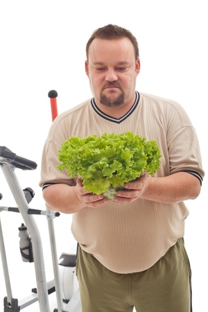 El sobrepeso hombre no es feliz sobre su nueva dieta a base de verduras frescas - concepto de pérdida de peso Foto de archivo