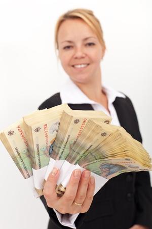 leu: Donna di affari averti pile di valuta rumeno - profondit�, concentrarsi sul denaro