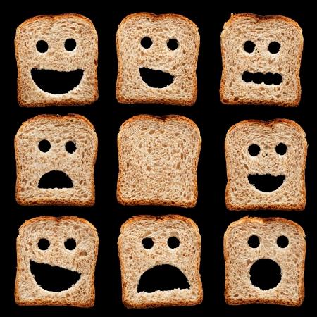 expresiones faciales: Rebanadas de pan con expresiones faciales tristes y otras felices - aislados en negro