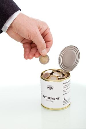 Longue notion d'épargne à terme avec la main haute direction et pièces en euros en boîte de conserve Banque d'images