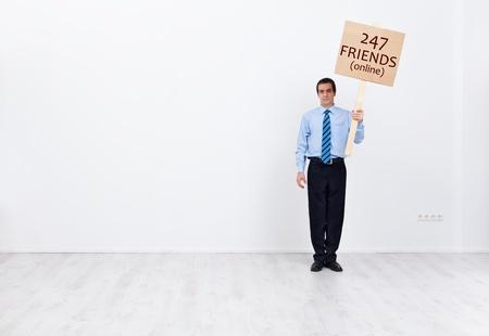 vie sociale: Homme d'affaires isol� avec beaucoup d'amis en ligne - la vie sociale et le concept de la technologie Banque d'images