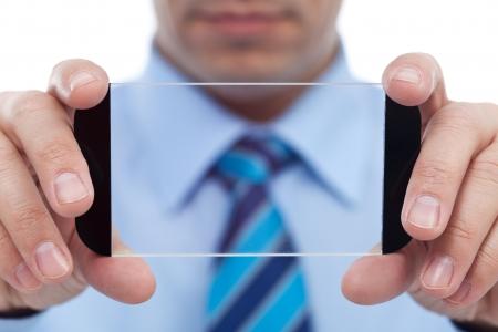 Geschäftsmann mit moderner Technik Gadget - transparent Smartphone, closeup Standard-Bild