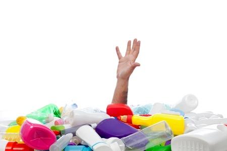 Milieu concept met menselijke hand die uit van onder plastic ontvangers Stockfoto