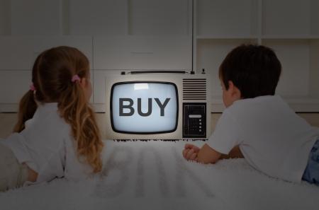 Mental imprinting concept - kinderen kijken naar oude televisie Stockfoto